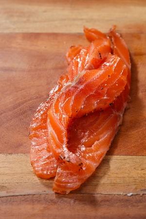 salmon ahumado: salmones de Smocked casera, con especias sobre tabla de madera Foto de archivo