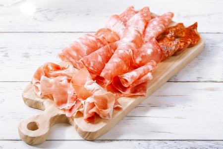 ham: Platter van serrano ham gezouten vlees Stockfoto