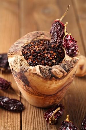 chiles secos: chile jalape�o ahumado en un mortero de madera - chipotle