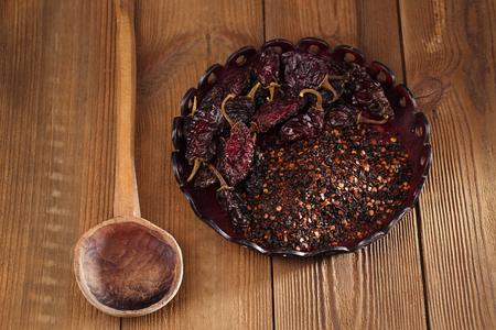 chiles secos: chipotle - hojuelas de chile jalapeño ahumado y en todo el tazón de cuero, dof bajo