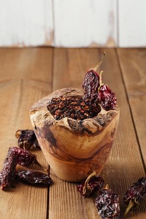 chiles secos: chile jalapeño ahumado en un mortero de madera - chipotle