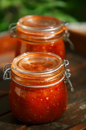 salsa de tomate: Tarro de tomate hecha en casa clásica picante, Chillie, ajo y salsa salsa Peper Foto de archivo