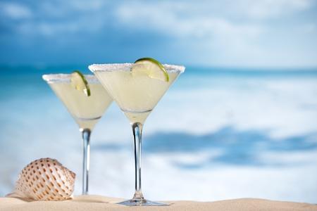 margarita cóctel: margarita cóctel en la playa, el mar azul y el cielo Foto de archivo