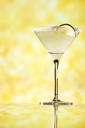 margarita cocktail: margarita cocktail sfondo glitter oro, shallow DOF