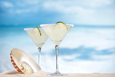 coctel margarita: margarita cóctel en la playa, mar azul y el cielo de fondo