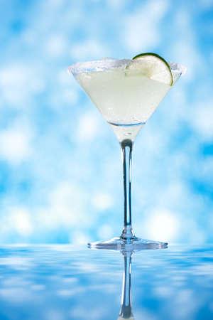 granizados: margarita cocktail brillo azul de fondo, dof bajo