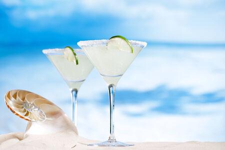 granizados: cóctel margarita en la playa, el mar azul y el cielo de fondo Foto de archivo