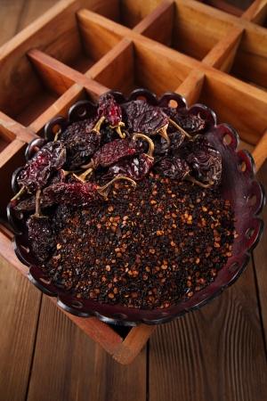 chiles secos: chipotle - jalapeño ahumado hojuelas de chile y todo en un recipiente de cuero, dof bajo