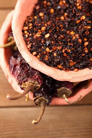 chiles secos: chipotle - jalapeño ahumado hojuelas de chile y de todo en cuencos de cerámica, dof bajo