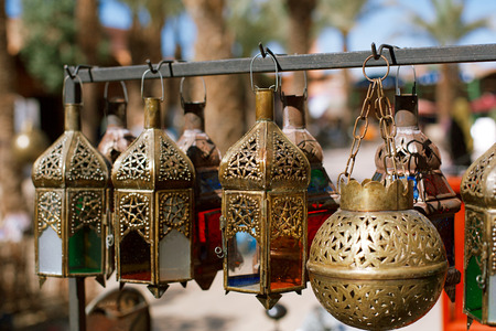 Moroccan glass and metal lanterns lamps in Marrakesh souq Stockfoto