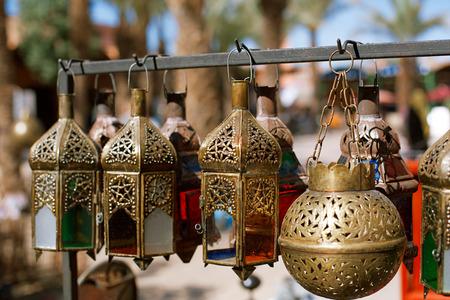 Moroccan glass and metal lanterns lamps in Marrakesh souq Standard-Bild