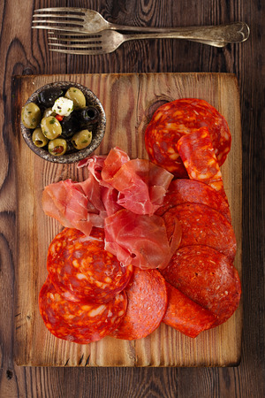 Platter of serrano jamon Cured Meat, , chorizo and olives Stockfoto