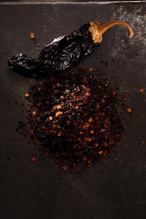 chiles secos: chipotle - jalapeños ahumados hojuelas de chile y todo sobre fondo de metal