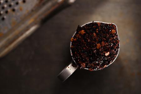 chiles secos: chipotle - jalapeño ahumado hojuelas de chile en lata pequeña en el fondo de metal