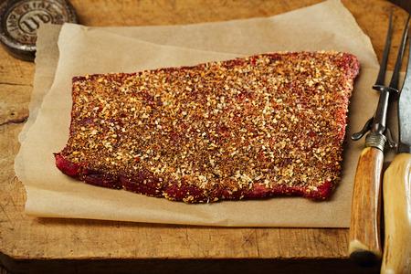 �pices: �pices frott� premi�res filet de b?uf, la viande faisant saccad� sur woodeb toile de fond � la fourchette incurv�e vintage et couteau