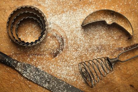 cocina vieja: cuadro abstracto con los utensilios de la hornada de la vendimia y la harina sobre fondo de madera