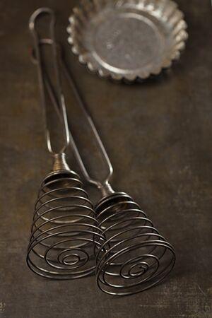 cocina antigua: Vintage bate la hornada de estaño y el moho en luz oscura