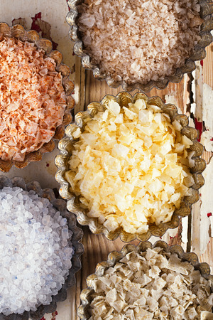 sal: escamas de sal de mar - chile, limón, romero, ahumado, fondo azul persa iraní en madera pintada de edad