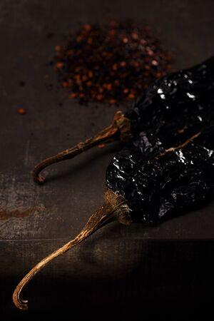 chiles secos: chipotle - jalapeños ahumados hojuelas de chile y todo en el fondo de metal Foto de archivo