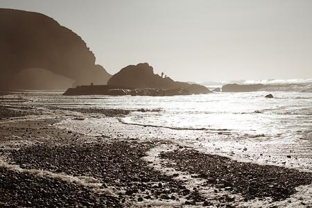arcos de piedra: Legzira arcos de piedra natural espectacular que llegan sobre el mar, Océano Atlántico, Marruecos, África, Legzira arcos de piedra atardecer luces