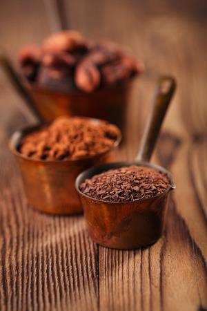 exportacion alimentos rallado granos de chocolate cacao en polvo y en las cacerolas de