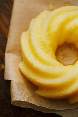 ギーまたは木製の背景の溶かされたバター 写真素材