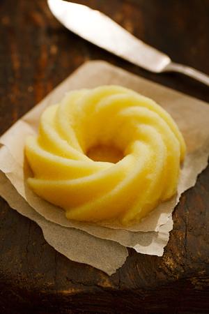 木製の背景にギーまたは溶かしたバター