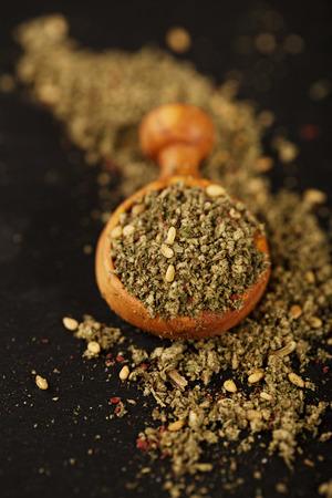 ザアタールスパイスミックス - タイム、ゴマ、塩、スマック、オレガノ、クミン、フェンネル種子とマジョラムで作られた伝統的な中東のブレンド 写真素材