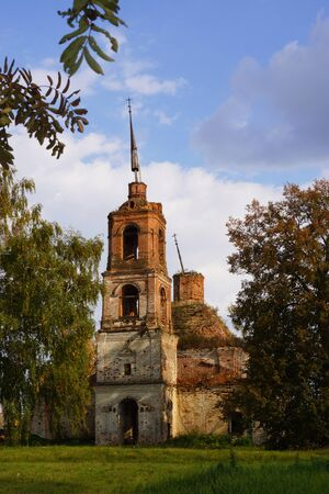 kostroma: A ruined church of the Archangel Michael in the village Rebrovo
