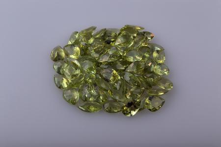 gemology: Naturale Peridot a forma di pera nella collezione.
