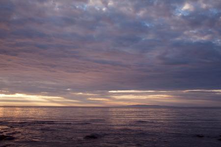 海に沈む夕日の雲。オホーツク海。半島コニー。マガダン州。ロシア。