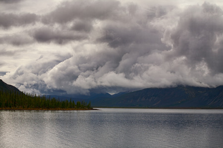 Cloudy sky above mountain lake. Lake Labynkyr In Yakutia. 版權商用圖片 - 86578169