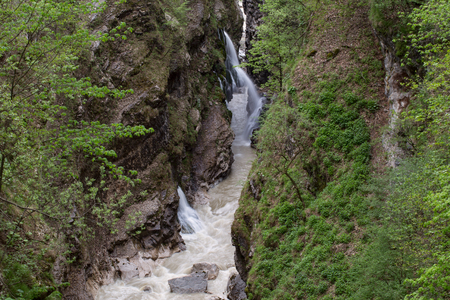 A narrow gap in the mountains. The Urukh River. Of North Ossetia. Imagens