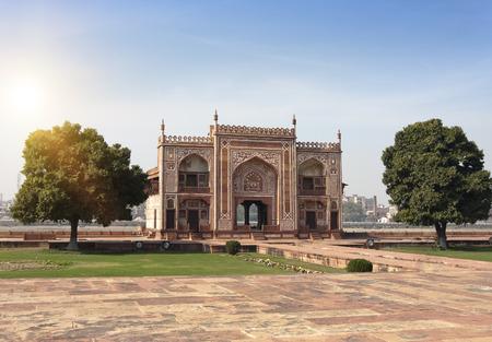 17 세기 Itmad Ud Daulah 무덤에 문 (Baby Taj). 아그라, 우타르 프라데시 주, 인도 에디토리얼