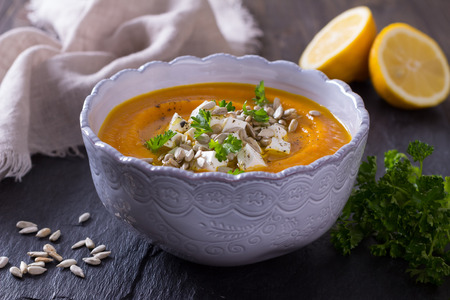 semillas de girasol: Sopa de zanahoria con queso feta, semillas de girasol y perejil