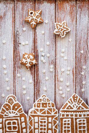 Lebkuchen in Form von Häusern als Konzept einer fabelhaften Weihnachtsdekoration. Ansicht von oben.