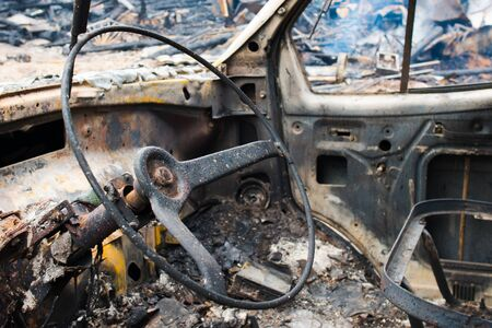 quemado: Coche quemado por la tarde. volante Foto de archivo