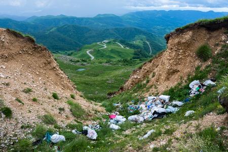 contaminacion del agua: Basurero en las montañas