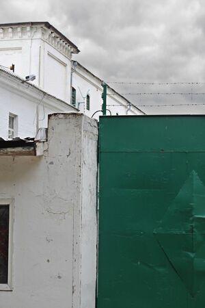 observational: Una puerta de la c�rcel Lukyanovskaya (Kiev, Ucrania) en el d�a nublado Foto de archivo