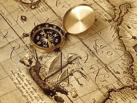 barco pirata: Una br�jula se encuentra en un mapa de la edad antigua