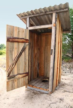 열린 문 tradtional 나무 외부 화장실