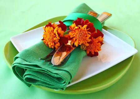 ringelblumen: Serving von Urlaub Herbst Tisch mit Ringelblumen
