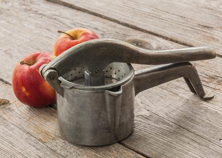 오래 된 수동 언론 나무 테이블에 사과 옆에 아기 음식에 대 한