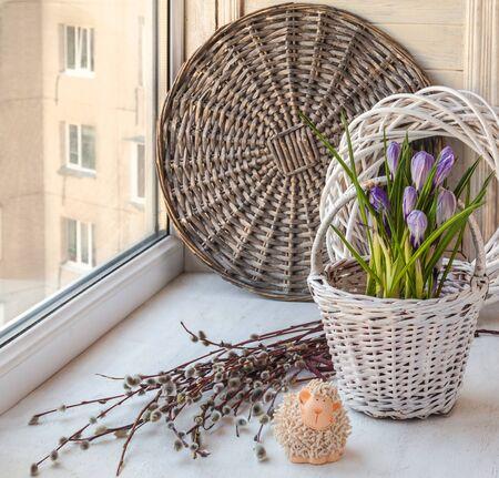 pasen schaap: Voorjaar stilleven met krokus in een decoratieve emmer en Pasen lam op het raam en wilgentakken