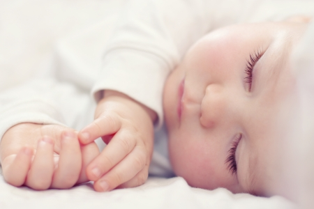 白地に美しい眠っている赤ちゃんのクローズ アップの肖像画 写真素材