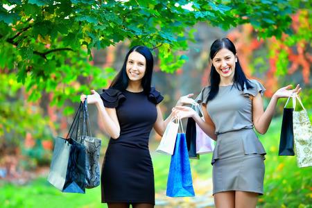 mujeres elegantes: hermosas mujeres elegantes despu�s de las compras, de colores al aire libre