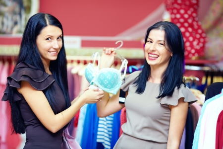 mujeres elegantes: hermosas mujeres elegantes vestidos de tienda de lencer�a
