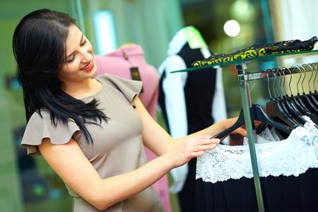 tienda de ropa: hermosa mujer de compras en una tienda de ropa Foto de archivo