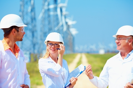 풍력 발전소에 직장에서 연구원 스톡 콘텐츠