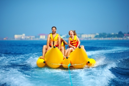 バナナ ボート上で楽しんで幸せな人々